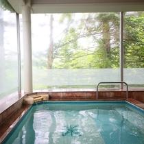 自然の光が差し込む開放的な大浴場