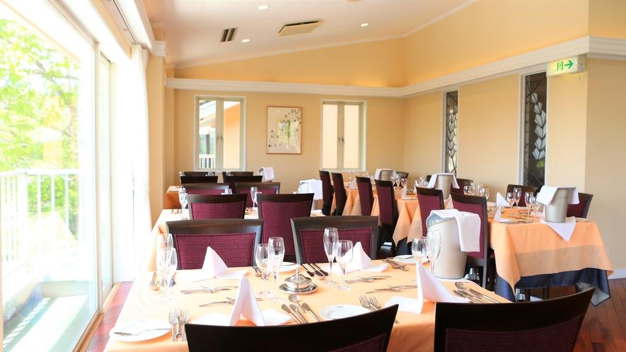 高級感のある落ち着いたインテリアのレストランで優雅にフランス料理を