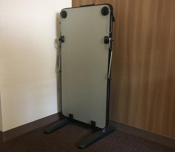 【ズボンプレッサー(貸出)】客室階エレベーターホールにございます。ご自由にご利用ください。