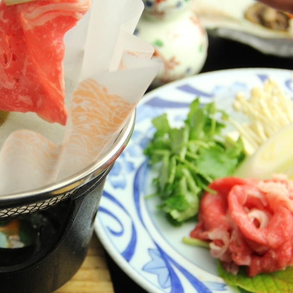 個々のお鍋でお肉とお野菜をしゃぶしゃぶ