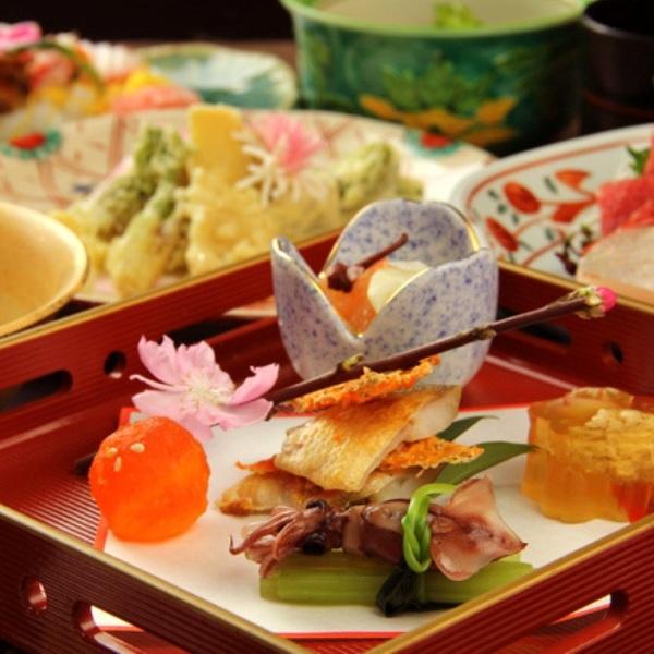元の旬の食材を中心に、一品一品丁寧に作られた吉弥の懐石料理をお楽しみ下さい。
