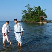 碧い透き通った海、恋路海岸を舞台に最高のロケーション。