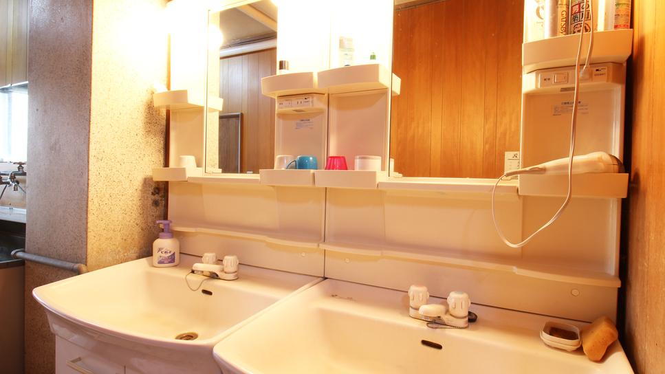 *【洗面所/施設】共同の洗面所は二箇所あり、ご自由にお使いいただけます。