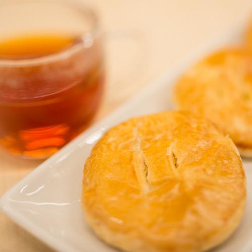 *大潟村特産のかぼちゃ餡をバターたっぷりのパイ生地で包み込み、甘さ控えめな手づくりパイです。