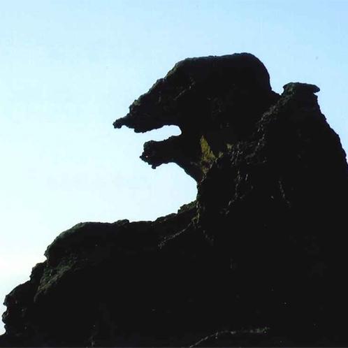 *ゴジラ岩。当館から車で5分。夕焼けになると火を吹くシルエットが浮かび上がってくるかも!?