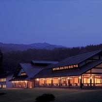 ホテル全景(薄暮)