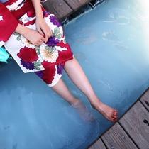 色浴衣@湯畑の足湯