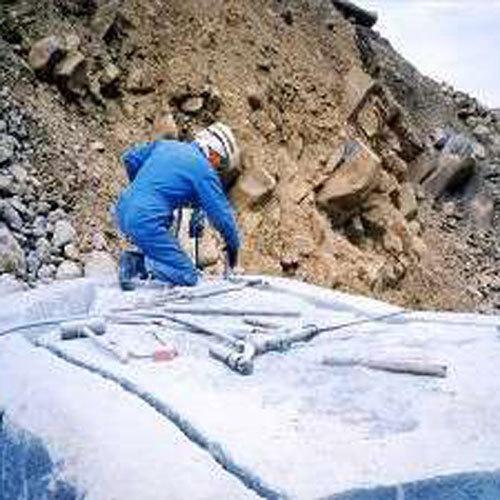 天城山中で掘り出したこの大岩が岩風呂の原型!約2か月間手作業でお風呂の形にしていきます
