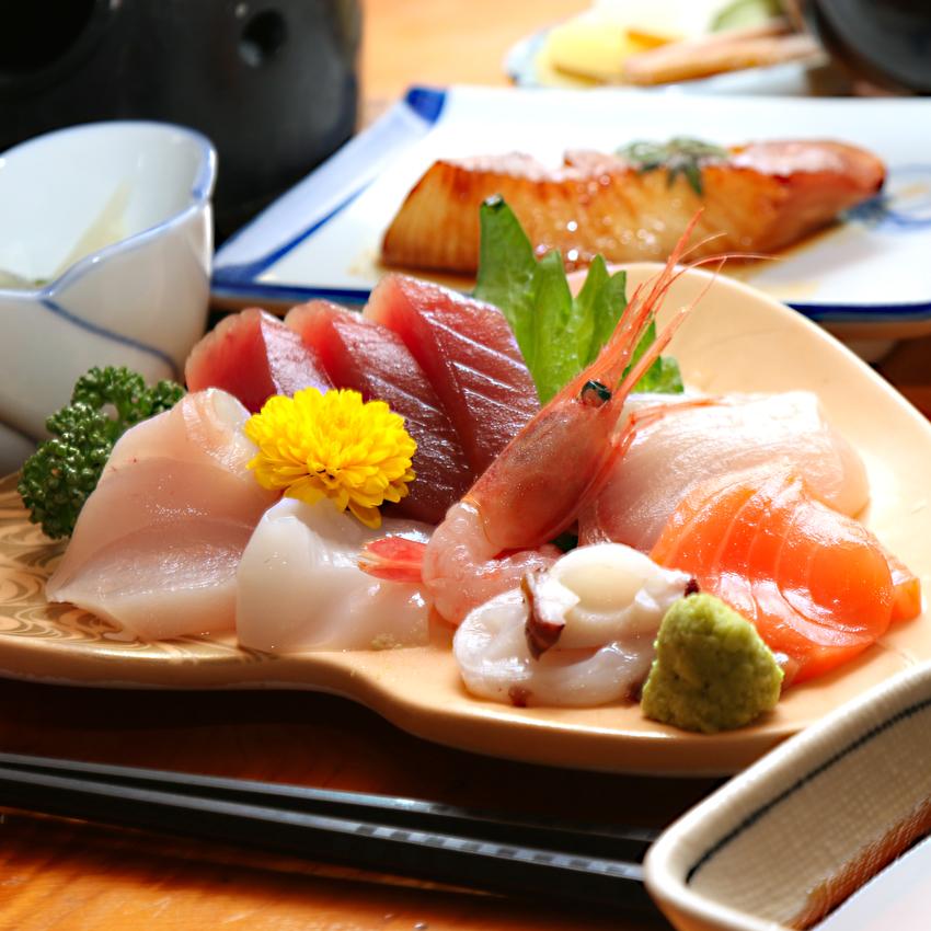 ◆自慢はなんといってもこの刺身!!いっぱいやるのが好きな主人が見定めた鮮魚が並びます