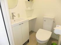 海の見える洋室 トイレ・洗面台