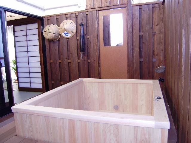 ゆったりしたひのき露天風呂