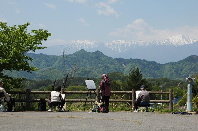 アルプスの山々をスケッチを楽しむ