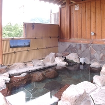 *露天風呂/夕方には露天風呂から北アルプスに沈む夕日が見えます。