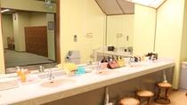 【洗面所】アメニティの多数ご用意しております。一部売店でも購入可能です。