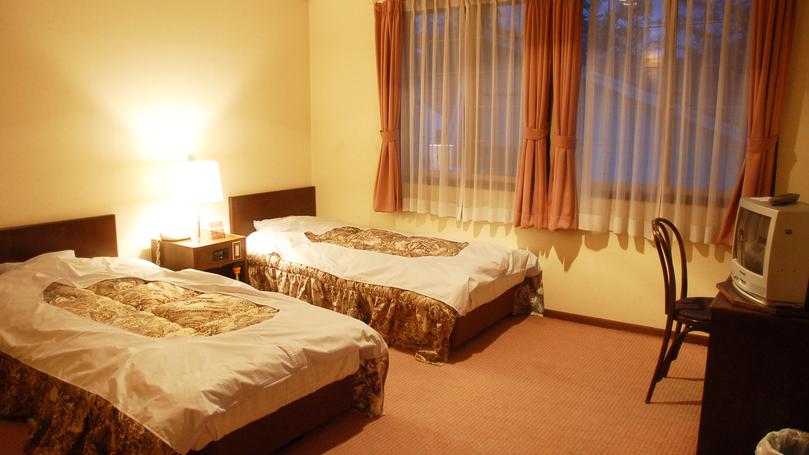 *[洋室ツイン一例]シングルベッドを2台配した洋室ツイン(12.5平米)の客室