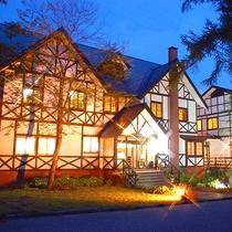 *[外観/夜]暖かい灯りが優しいヨーロッパ風の美しい木組みの外観