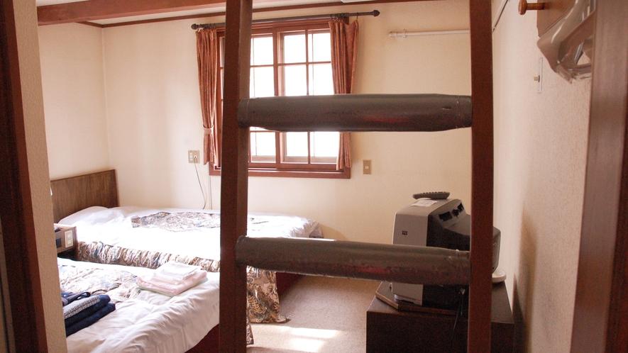 *[洋室メゾネット一例]お部屋が上下二層に分かれており、それぞれの部屋が内階段で結ばれている客室