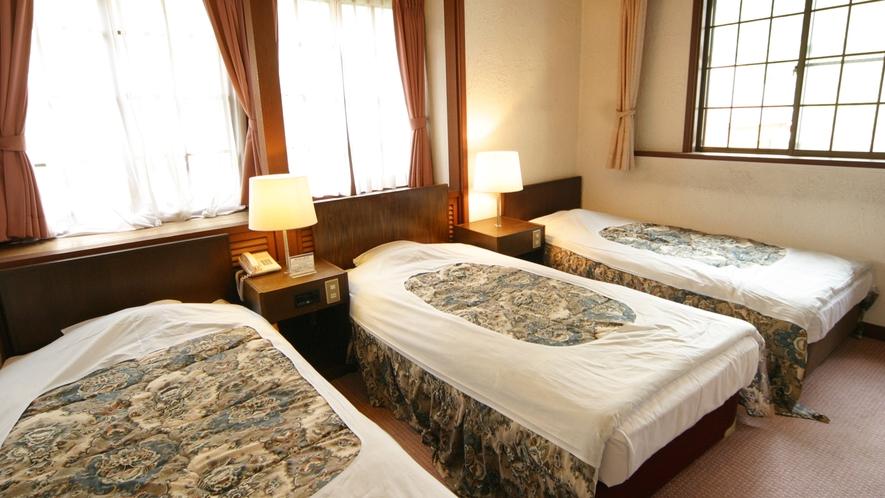 *[洋室トリプル一例]シングルベッドを3台配した洋室ツイン(12.5平米)の客室