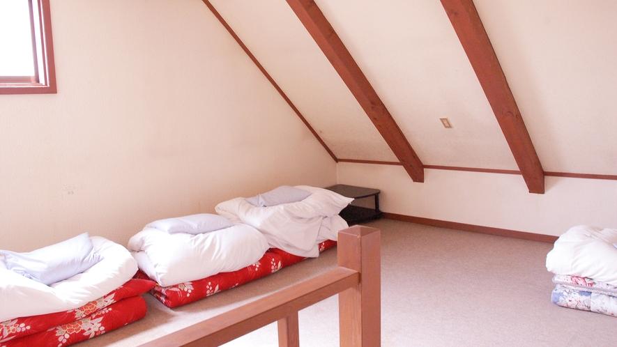 *[洋室メゾネット一例]お部屋が上下二層に分かれており1階はシングルベッド×2・2階はお布団×4組