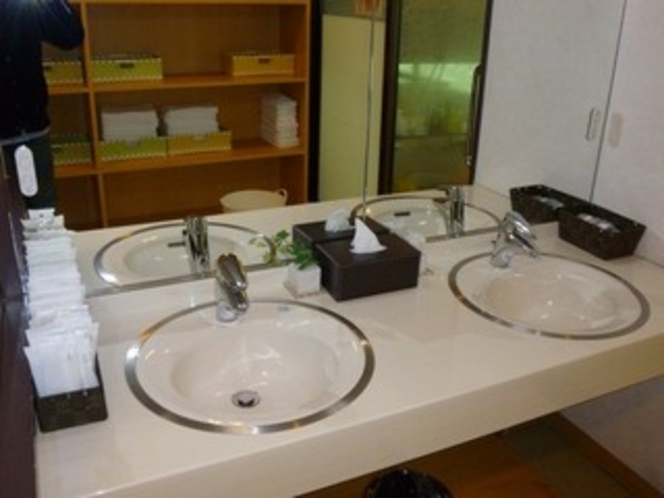 【大浴場】脱衣所の洗面台にはイオンドライヤーがございます。
