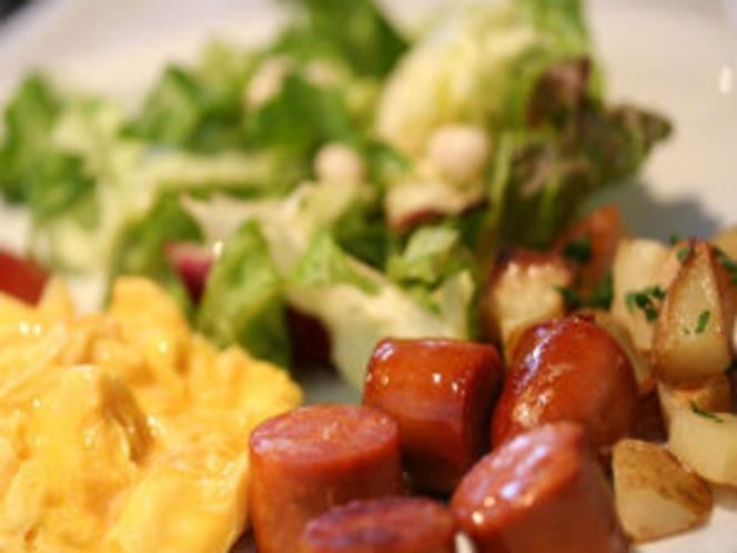 朝食メニュー・ソーセージ&スクランブルエッグ