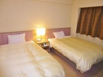 【ツインルーム】セミダブルサイズ(120cm)のゆったりベッドでお休みください。