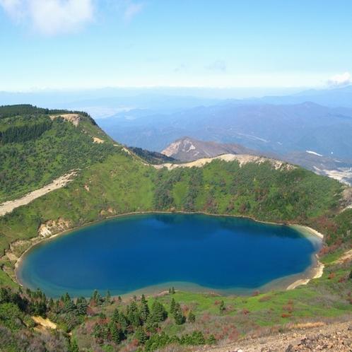 """観光地:一切経山 水面が神秘的なコバルトブルーに変化する一切経山の""""魔女の瞳"""""""