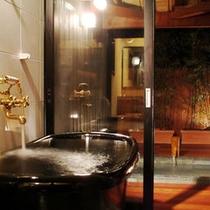 離れ客室の内風呂と源泉露天風呂