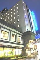 夜間 ホテル外観 1階ロビーと2階レストラン