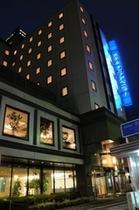 ホテル外観 (夜間)