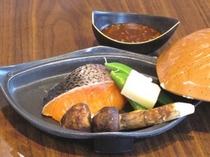 秋鮭と松茸の陶板焼き