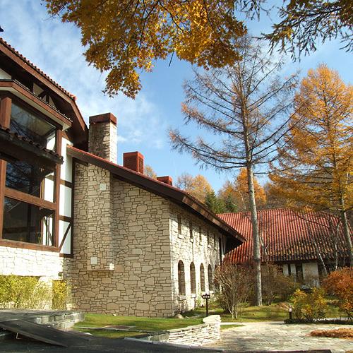 大きな窓からはプライベートガーデンの秋の景色がお楽しみいただけます。