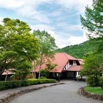 緑が美しいホテルエントランス