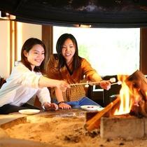暖炉でマシュマロを焼くスモア体験