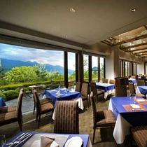朝食は八ヶ岳を望むレストラン「ラコルタ」でビュッフェ(ホテルより車で2分)