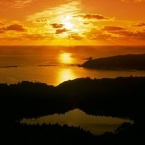 八望台から戸賀湾夕日