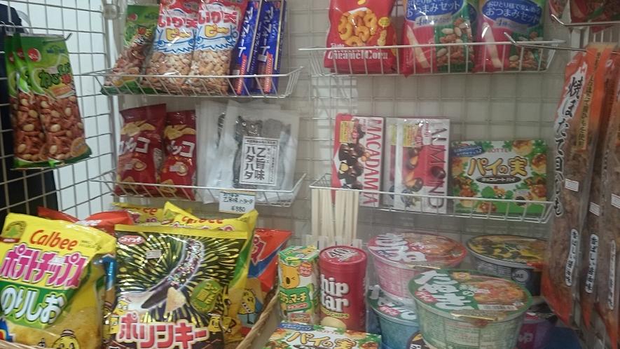 「売店」お菓子や、カップラーメンの販売がございます。