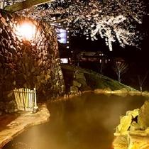 夜桜が美しい「男鹿ホテル」の露天風呂