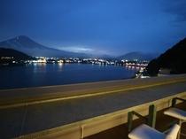 """富士山と河口湖を見下ろす絶景のSky Bar """"moon dance"""""""