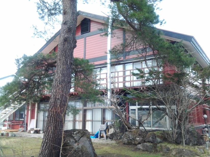 庭から見た本館