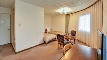 *[デラックスツインルーム一例]無料Wi-Fi完備!当館に二部屋しかないデラックスツインルーム