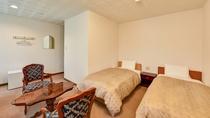 *[デラックスツインルーム一例]広々としたバスタブと快適に過ごせる空気清浄機を完備した特別なお部屋