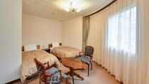 *[デラックスツインルーム一例]広めのお部屋なので長期滞在でも快適です