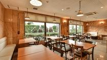 *[食堂]大きな窓を配し明るい空間(当館斜め向かいの姉妹館「山田荘」)