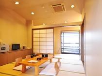 【和室】畳の香りが癒しのひと時を演出します。ご家族連れにも最適な和室です。