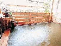 ヒノキの貸切露天風呂は気兼ねなく浸かれることで大人気!