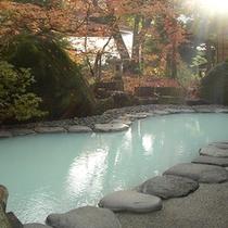 晩秋の露天風呂 瑠璃の湯