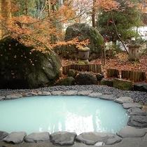 晩秋の頃の岩露天風呂