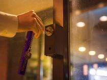 22時以降は専用キーでホテル玄関ドアが開錠します