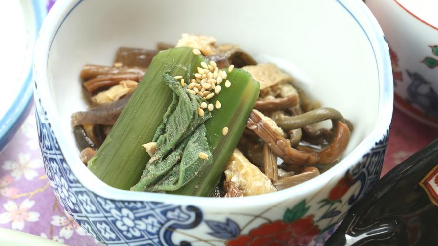 ■ご夕食一例・イメージ_旬の山菜をふんだんに使用した小鉢も手作りにこだわっています。